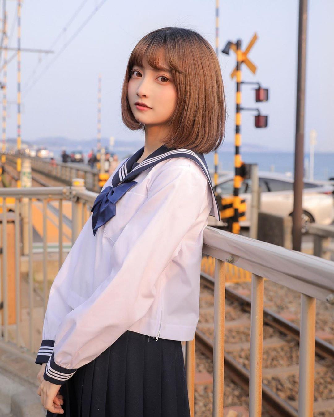 短髮女子高中生