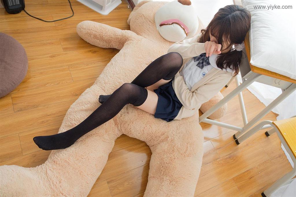 在大熊身上的黑絲少女