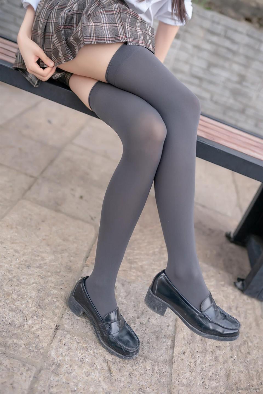 褐色格子裙膝上襪
