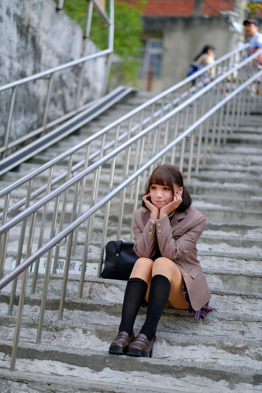 崎頂車站的活潑制服少女